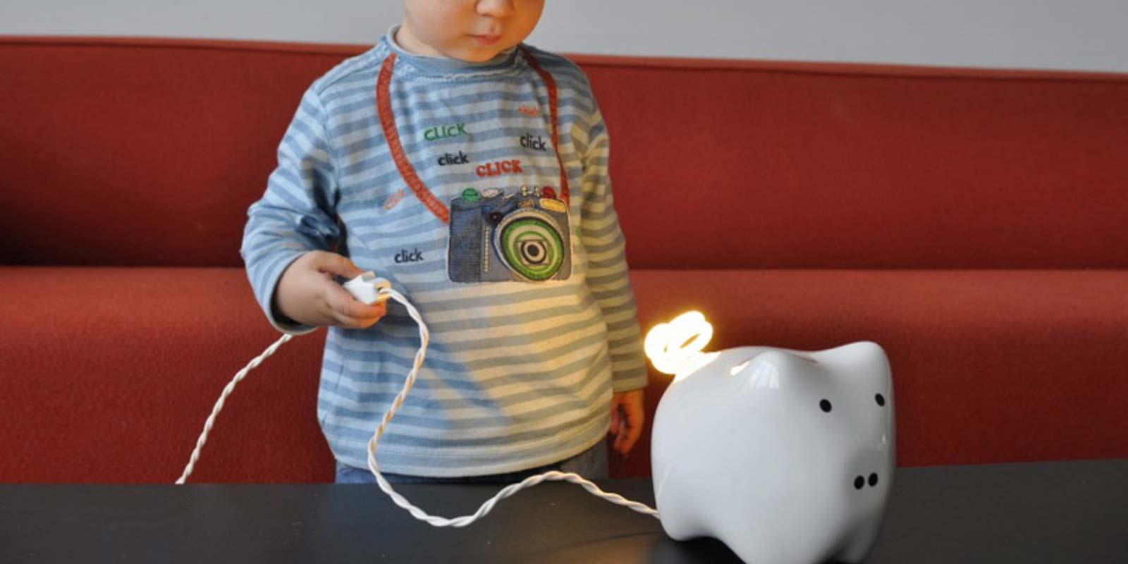 Cerdo Ahorrador. Lámpara con foco ahorrador que invita a la reflexión.